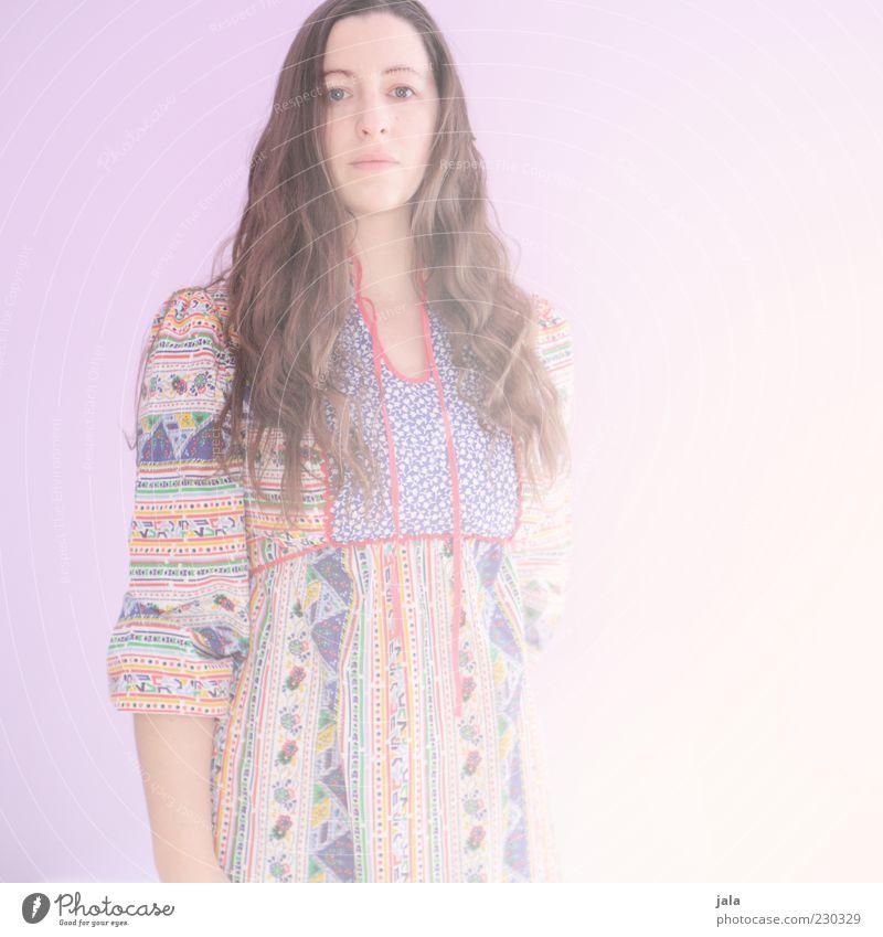 living in the sunlight Frau Mensch Erwachsene feminin hell Kleid brünett langhaarig 30-45 Jahre Porträt