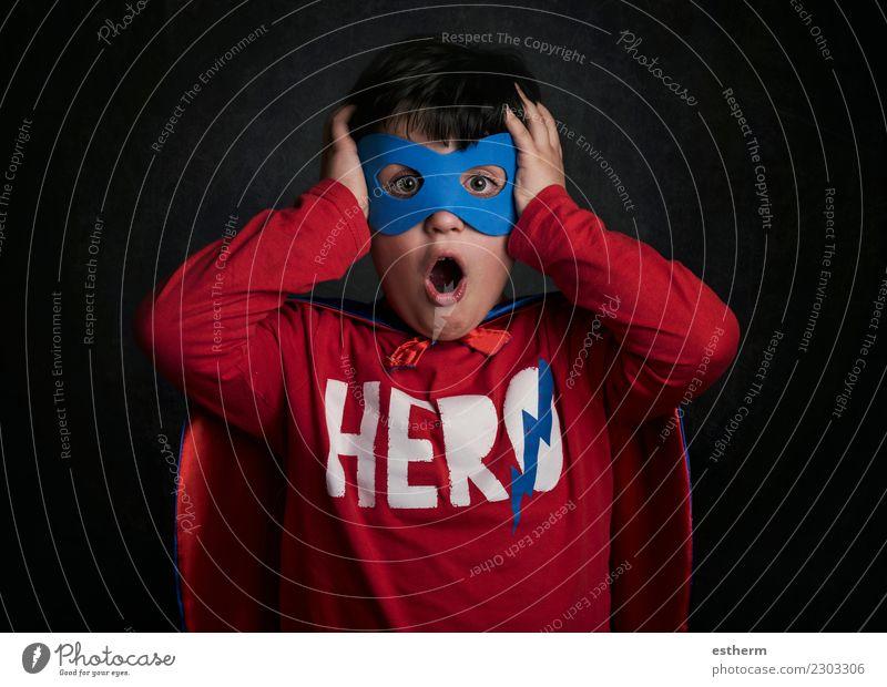 Überraschtes Kind, das Superheld spielt Lifestyle Freude Party Veranstaltung Feste & Feiern Karneval Silvester u. Neujahr Mensch maskulin Kindheit 1 3-8 Jahre