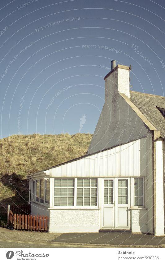 Cruden Bay Himmel blau weiß Haus gelb Architektur hell geschlossen einfach Dach Hügel Zaun Hütte Wolkenloser Himmel Düne Schornstein