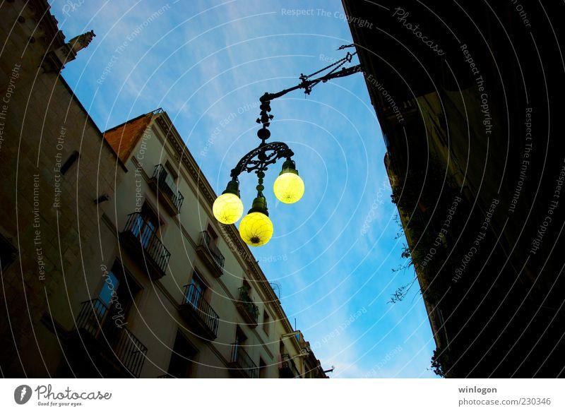 Himmel alt Stadt Sommer Ferien & Urlaub & Reisen Ferne schwarz Haus gelb Straße Fenster Stil hell Kunst gehen laufen