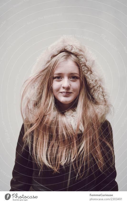 Young woman wearing a winter coat Lifestyle elegant Stil feminin Junge Frau Jugendliche Erwachsene 1 Mensch 18-30 Jahre schön Fellkragen Kapuze Wintermantel