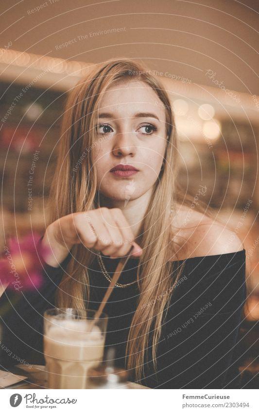 Young woman having a coffee in a café Frau Mensch Jugendliche Junge Frau 18-30 Jahre Erwachsene Lifestyle feminin Denken Freizeit & Hobby nachdenklich blond