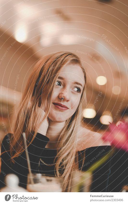 Young woman in a café Lifestyle feminin Junge Frau Jugendliche Erwachsene 1 Mensch 18-30 Jahre schön mädchenhaft blond Lächeln lachen verträumt träumen Café