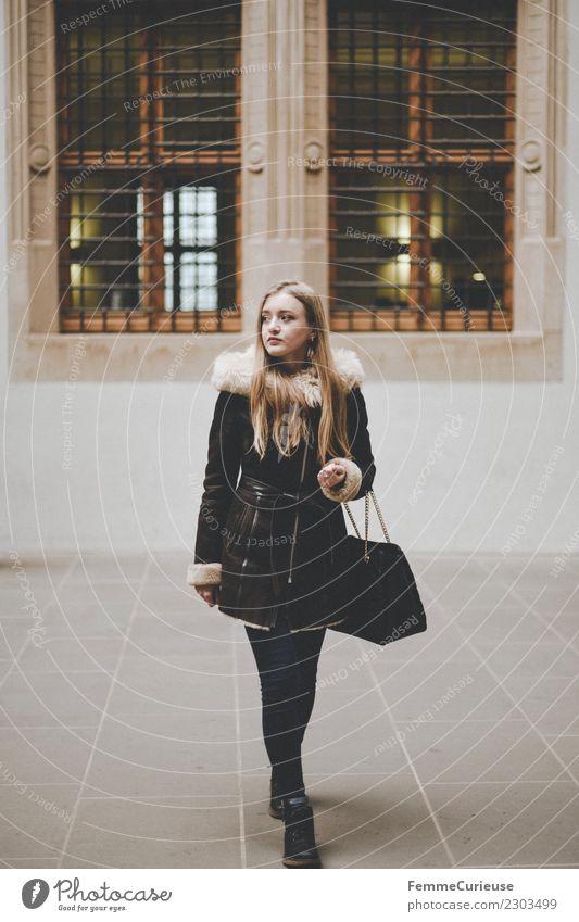 Young woman in winter outfit elegant Stil feminin Junge Frau Jugendliche Erwachsene 1 Mensch 18-30 Jahre schön Mode Winter Wintermantel Fellkragen blond