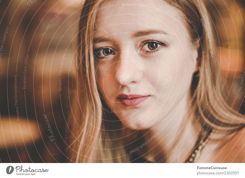Portrait of a young woman feminin Junge Frau Jugendliche Erwachsene 1 Mensch 18-30 Jahre schön natürlich Warmes Licht blond Farbfoto Innenaufnahme