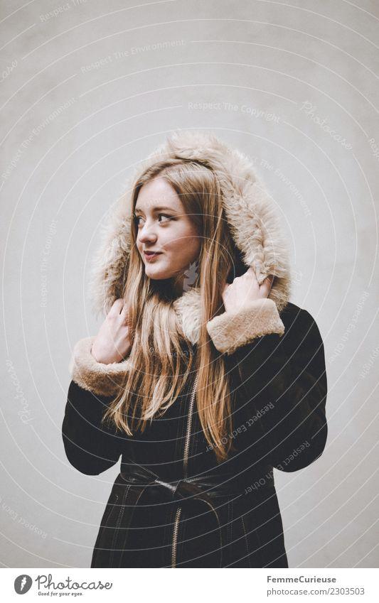 Young woman in winter coat Lifestyle elegant Stil feminin Junge Frau Jugendliche Erwachsene 1 Mensch 18-30 Jahre schön Mode Mantel Wintermantel Kapuze