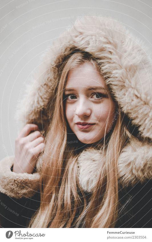 Young woman with fur hood Lifestyle elegant Stil feminin Junge Frau Jugendliche Erwachsene 1 Mensch 18-30 Jahre schön Fellkragen Kapuze Winter Mode Mantel blond