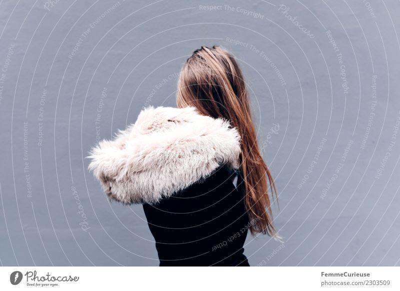Young woman wearing a winter coat (back view) Lifestyle elegant Stil feminin Junge Frau Jugendliche Erwachsene 1 Mensch 18-30 Jahre schön Fellkragen