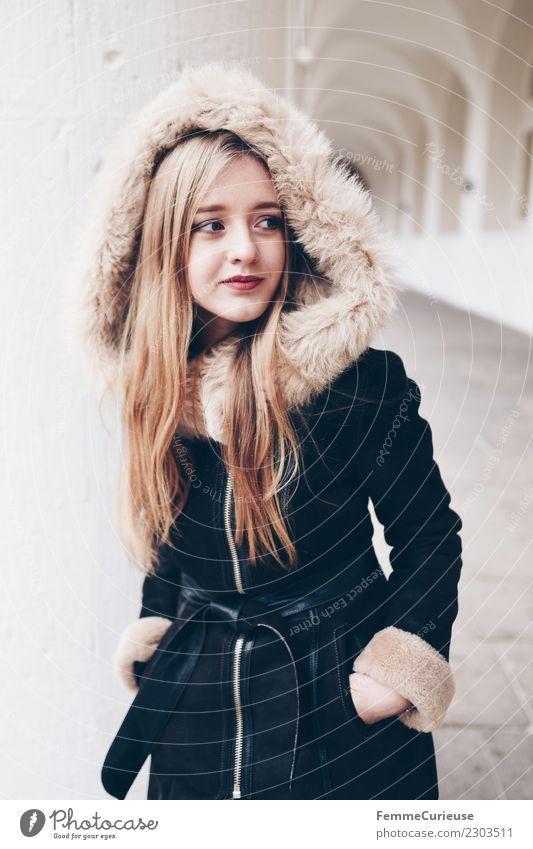 young woman with warm winter jacket Lifestyle Stil feminin Junge Frau Jugendliche 1 Mensch 18-30 Jahre Erwachsene Mode schön Kunstfell Winterjacke Mantel Wärme
