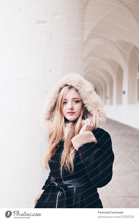 Young woman wearing a coat with fur collar Lifestyle elegant Stil feminin Junge Frau Jugendliche Erwachsene 1 Mensch 18-30 Jahre Mode schön Fellkragen