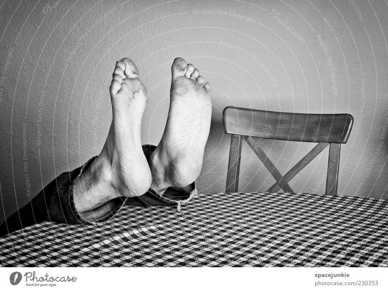 feet Mensch Mann Erwachsene Wand Fuß lustig dreckig maskulin liegen Tisch verrückt Stuhl Jeanshose unten skurril kariert