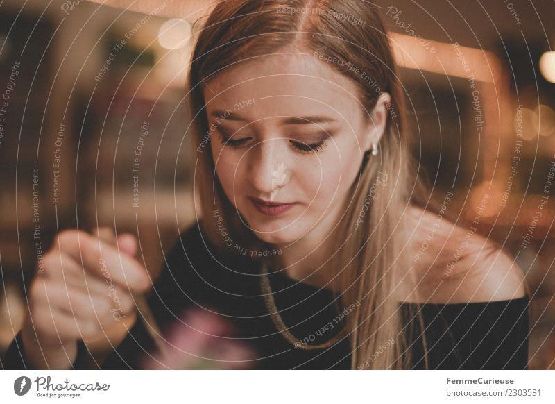 Young woman in café elegant feminin Junge Frau Jugendliche Erwachsene 1 Mensch 18-30 Jahre trinken Café blond Hand Löffel Warme Farbe glatte Haare langhaarig