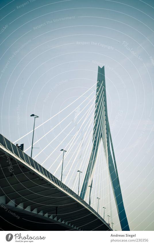 Erasmusbrug Wolkenloser Himmel Schönes Wetter Rotterdam Niederlande Erasmusbrücke Verkehr Verkehrswege Brücke Schrägseilbrücke Straßenbeleuchtung