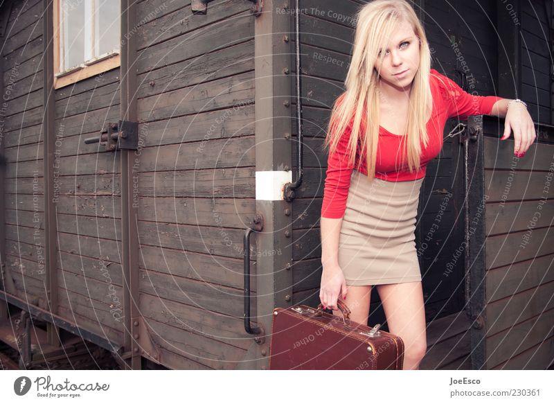 #230361 Stil Ferien & Urlaub & Reisen Abenteuer feminin Junge Frau Jugendliche Leben 18-30 Jahre Erwachsene Bahnfahren Eisenbahn Mode Rock blond beobachten