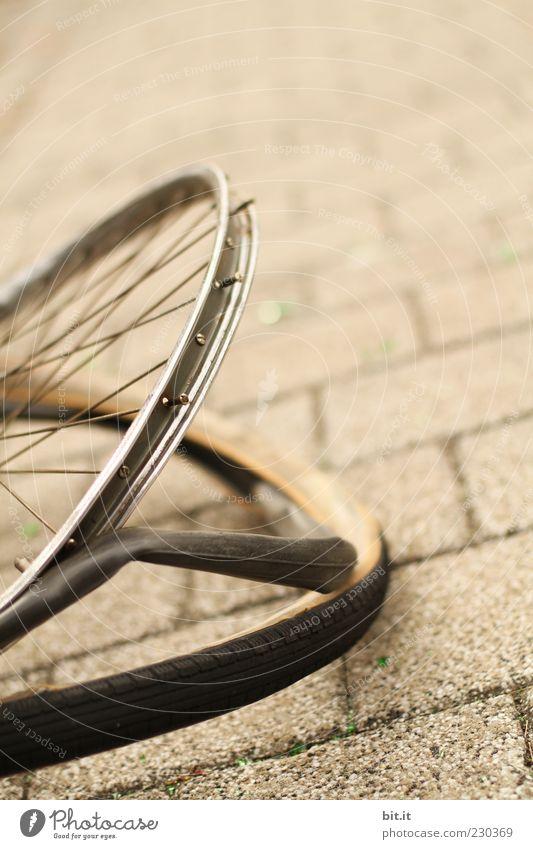 Rad Weg grau Wege & Pfade Stein Metall braun Fahrrad gefährlich kaputt Gewalt Sturz Zerstörung Reifen Pflastersteine Aggression Schlauch