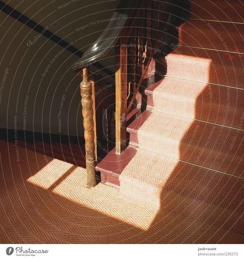 Ecke - Treppe - Sonneneinfall alt rot dunkel Architektur Wege & Pfade Stil Holz Linie hell Treppe leuchten Perspektive ästhetisch Streifen Bodenbelag Sauberkeit