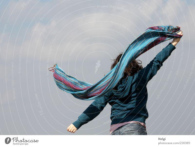 Rückansicht einer jungen Frau, die vor grauem Himmel ein buntes Tuch schwingt Freude Leben Wohlgefühl Zufriedenheit Freizeit & Hobby Freiheit Mensch feminin