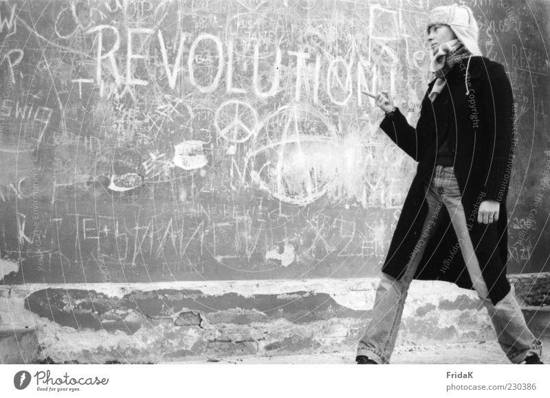 Revolution Jugendliche Junge Frau Graffiti Gefühle Bewegung feminin Denken Stein Fassade Wachstum authentisch stehen Schriftzeichen Kommunizieren Bekleidung retro