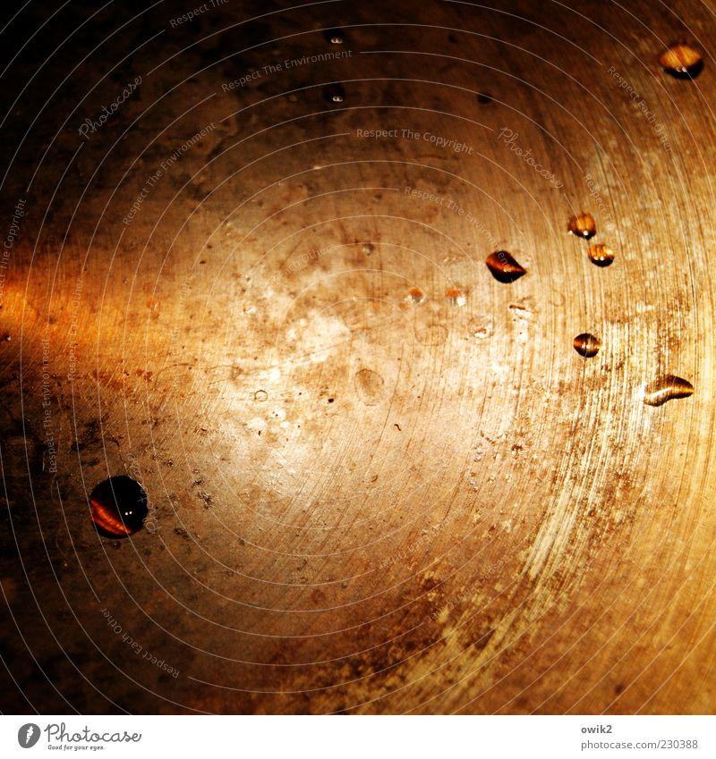 Der Doktor hat mir Tropfen verschrieben Pfanne Metall Wasser glänzend leuchten alt einfach sparsam Oberflächenstruktur Kreis Lichteffekt Lichterscheinung