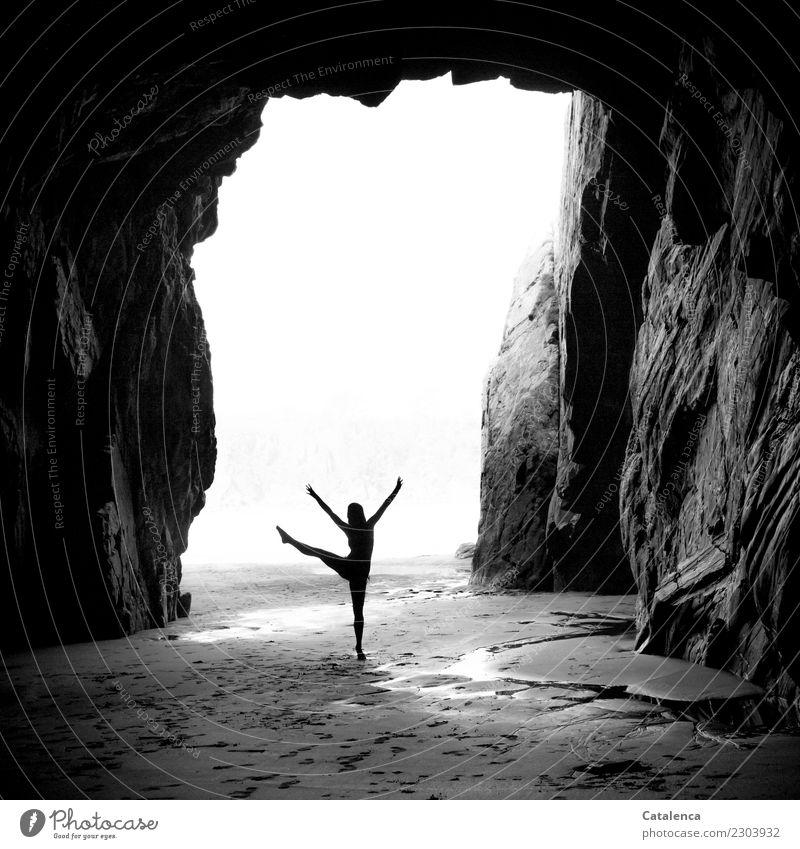 schwungvoll | das Tanzbein heben II Mensch Natur Sommer weiß Freude Strand schwarz Bewegung feminin grau Stimmung Felsen Freizeit & Hobby ästhetisch