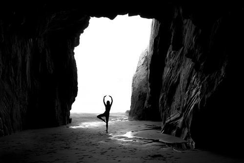 Dancing mood feminin 1 Mensch Landschaft Wasser Sommer Schönes Wetter Felsen Küste Strand Meer Höhle Bewegung Tanzen groß kalt maritim grau schwarz weiß Gefühle