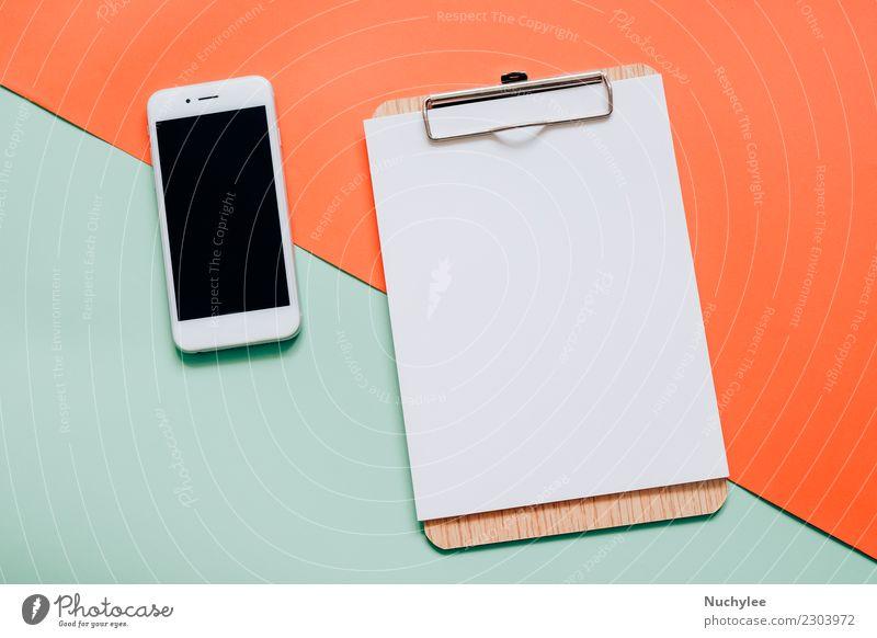 Flache Lage von Smartphone und leeres Klemmbrett Farbe weiß schwarz Lifestyle Stil Business Mode Arbeit & Erwerbstätigkeit Design Textfreiraum hell Büro retro