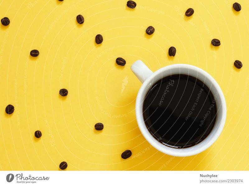Draufsicht von schwarzem Kaffee und Kaffeebohnen auf Gelb Espresso Lifestyle Stil Design Tisch einfach modern gelb Farbe Idee Kreativität legen flach