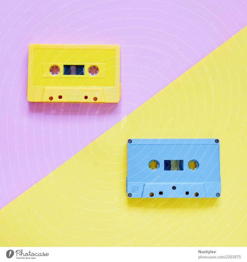 Retro- Kassettenbänder auf Pastellfarbhintergrund alt Farbe schwarz gelb Stil rosa Design retro Musik Kunststoff Medien hören analog Nostalgie Seite klassisch