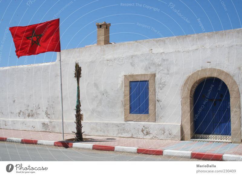 Marokko blau rot ruhig Straße Wand Gebäude Tür Kraft Wind Fassade Energie authentisch Stern (Symbol) Macht Fahne Bürgersteig