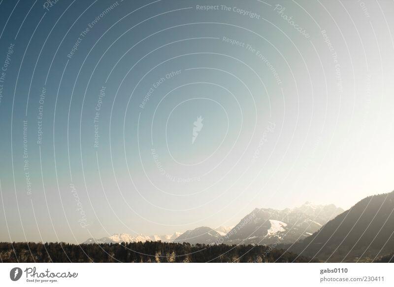 Zwischen Erde und Weltall Umwelt Natur Landschaft Luft Himmel Wolkenloser Himmel Horizont Sonnenlicht Klima Klimawandel Wetter Schönes Wetter Wald Hügel Alpen