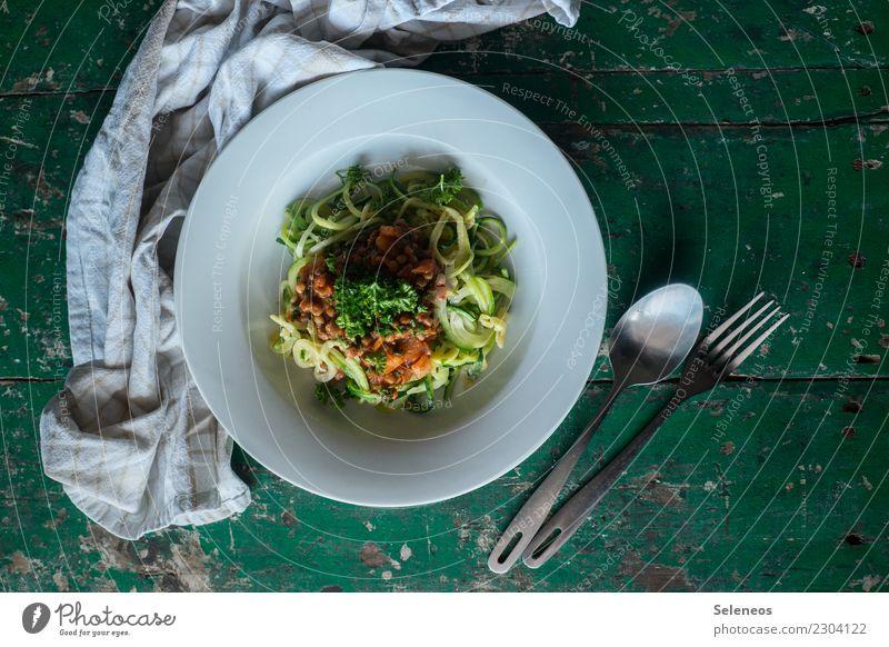 Gemüsenudeln Lebensmittel Zucchini Linsen Petersilie Ernährung Essen Mittagessen Abendessen Bioprodukte Vegetarische Ernährung Diät Besteck Gabel Löffel frisch