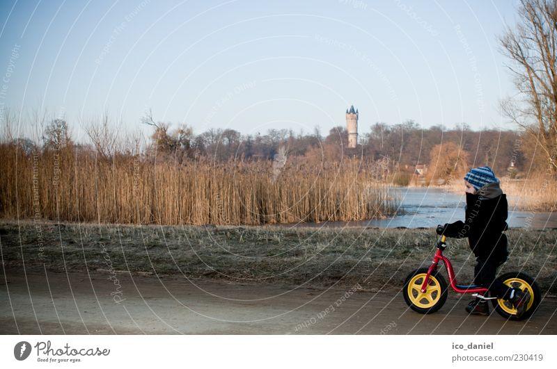 Ausflug Mensch Kind Himmel Natur blau Winter kalt Landschaft Freiheit Junge Wege & Pfade See Park braun Kindheit laufen