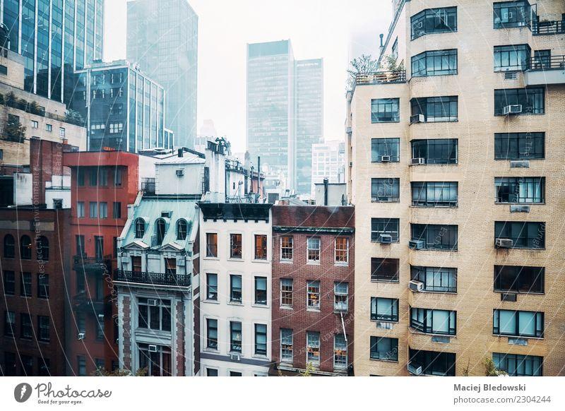 Midtown Manhattan an einem regnerischen Tag. Wohnung Haus Regen Hochhaus Gebäude Architektur Fassade alt Traurigkeit retro Trauer Liebeskummer Heimweh