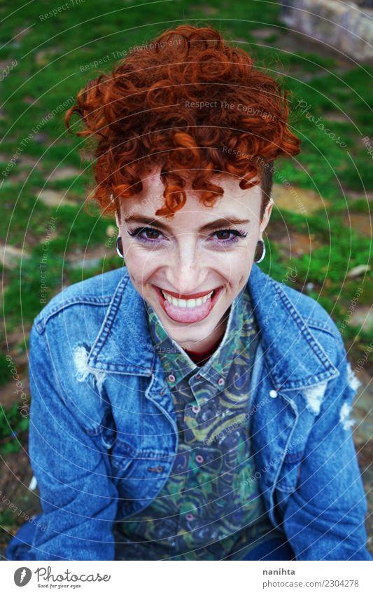 Junge Schönheit, die heraus ihre Zunge haftet Lifestyle Stil exotisch Freude schön Haare & Frisuren Haut Gesicht Sommersprossen Wellness Leben Mensch feminin