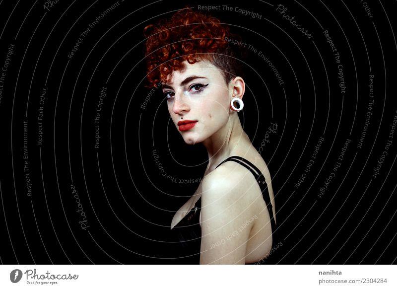 Studioportrait einer jungen Redheadfrau Mensch Jugendliche Junge Frau schön weiß rot 18-30 Jahre schwarz Gesicht Erwachsene feminin Stil Haare & Frisuren Mode
