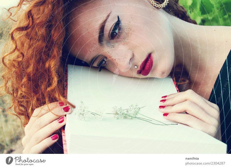 Junge Frau, die ein offenes Buch betrachtet Lifestyle Stil schön Haare & Frisuren Haut Gesicht Sommersprossen Freizeit & Hobby lesen Mensch feminin Jugendliche