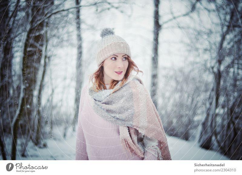 Winter Portrait Mensch feminin Junge Frau Jugendliche Erwachsene 1 18-30 Jahre Schnee Schneefall Pullover Schal Mütze kalt blau rosa Neugier Interesse Baum