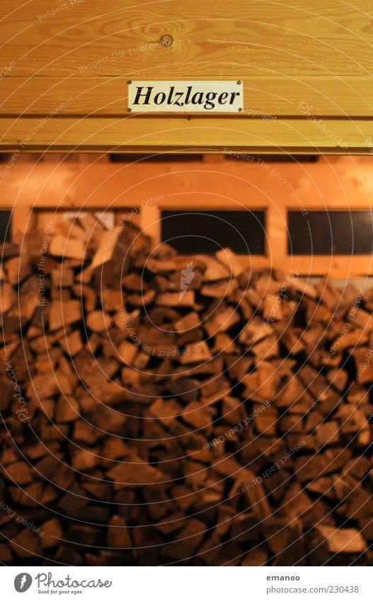 Holz in der Hütte Winter Fenster Holz braun Raum Schilder & Markierungen Energie Hütte Stapel Lager Kohlendioxid Maserung Brennholz Brennstoff Kontrast Totholz