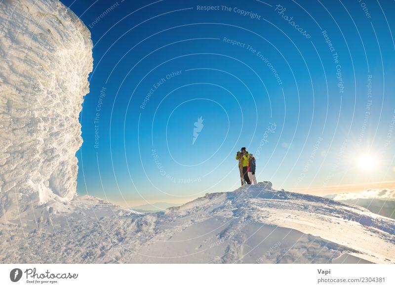 Leute Mann und Frau auf die Oberseite des Winterberges Mensch Himmel Natur Ferien & Urlaub & Reisen Jugendliche Junge Frau blau schön Junger Mann weiß