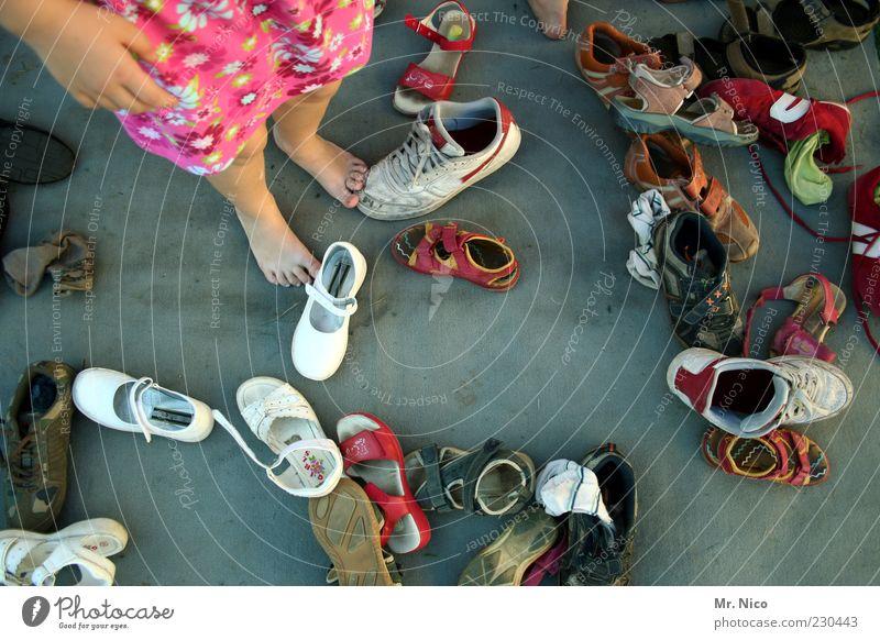 kuddelmuddel Mädchen Beine Fuß Kindheit Schuhe warten wild Kind Suche stehen Mensch chaotisch durcheinander Turnschuh Mischung Barfuß