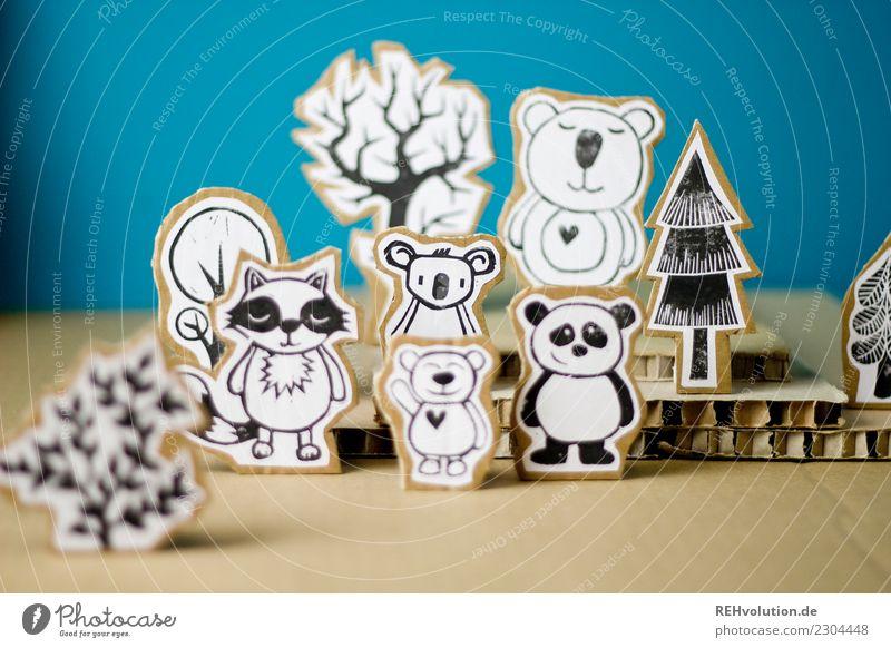 Pappland | Bären Umwelt Natur Landschaft Baum Wald Tier Waschbär Panda Koala Tiergruppe stehen außergewöhnlich Karton Papier Figur Comicfigur gebastelt