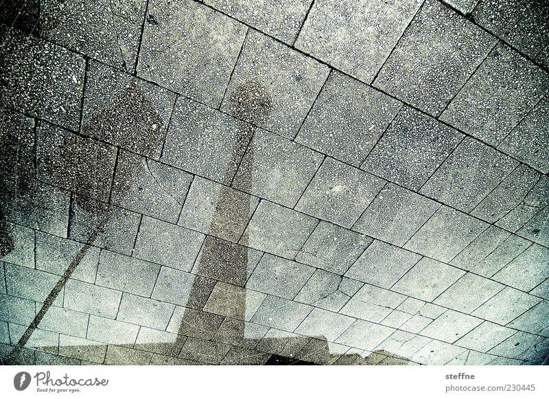 telejena Spajeltazan Stadt Berlin Regen nass Platz Bürgersteig feucht Wahrzeichen Hauptstadt Sehenswürdigkeit Berliner Fernsehturm Alexanderplatz Boden