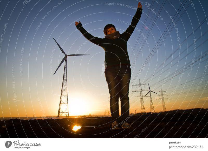 Windenergie Mensch Natur Jugendliche Sommer Umwelt Glück Feld Arme Energiewirtschaft Klima außergewöhnlich stehen gut Technik & Technologie Junge Frau
