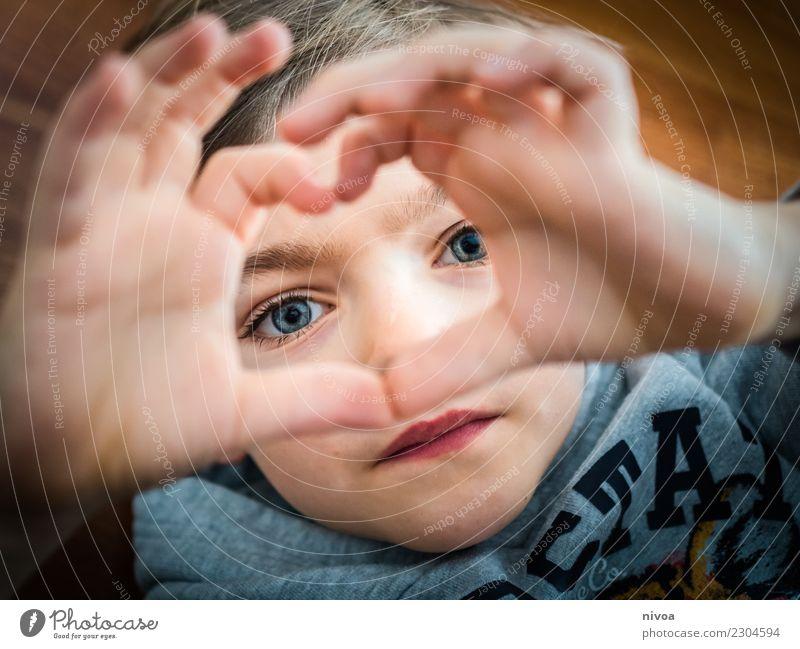 ein Herz für Mama Kind Mensch Weihnachten & Advent Hand Erwachsene Liebe Gefühle Junge Kopf Stimmung leuchten glänzend Kindheit authentisch Finger