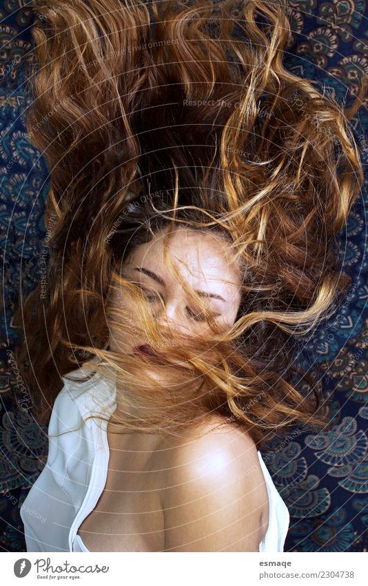 Frau mit Haaren im Wind Lifestyle Stil exotisch schön Körperpflege Gesundheit Wellness harmonisch Meditation Mensch feminin Junge Frau Jugendliche Mode