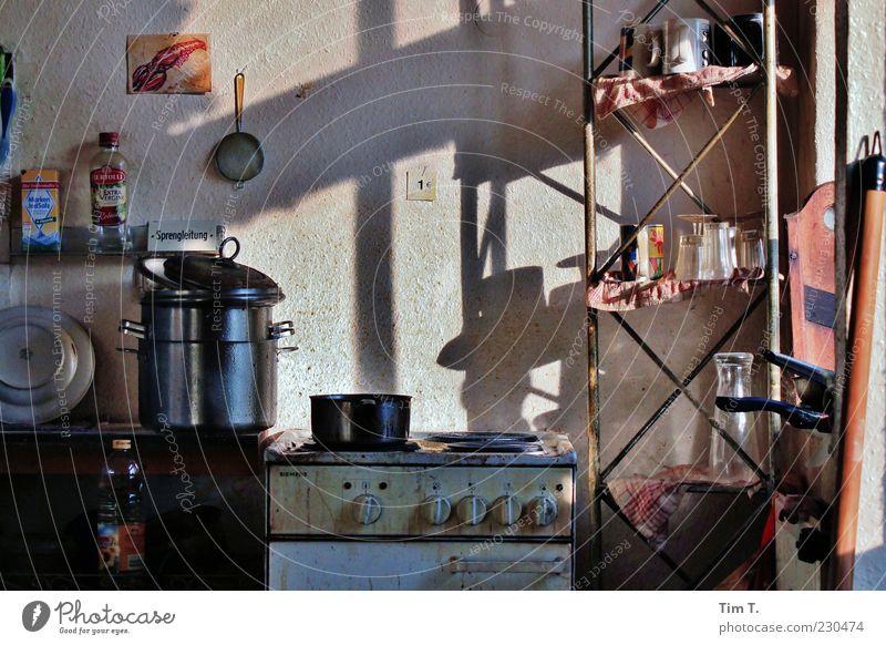 Kittchen Geschirr Topf Tasse Becher Glas Lifestyle Häusliches Leben Wohnung Küche dreckig Herd & Backofen Sieb Farbfoto Innenaufnahme Menschenleer Tag Licht