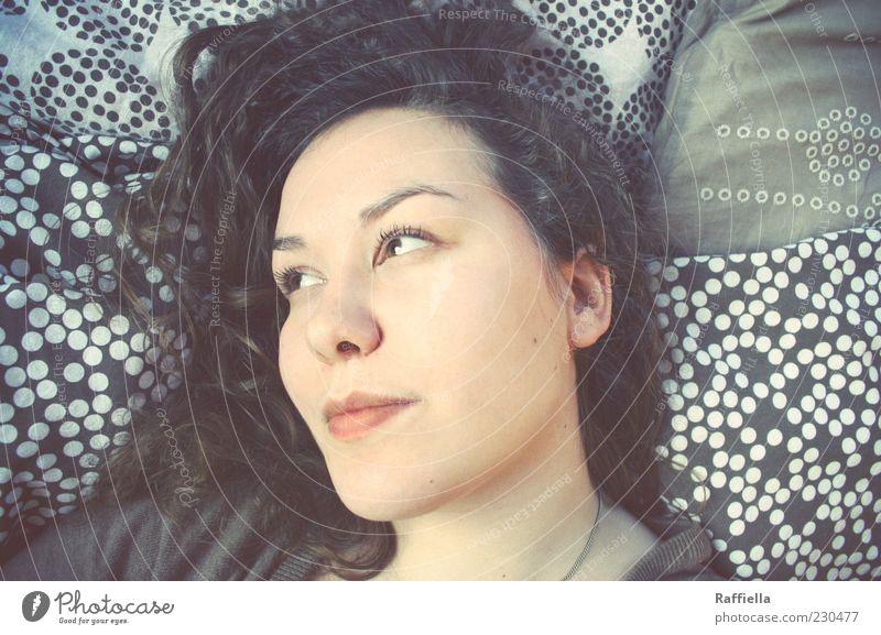 dreaming my life away Kopfkissen Junge Frau Jugendliche Haare & Frisuren Nase Mund 18-30 Jahre Erwachsene brünett langhaarig Locken liegen träumen braun Wimpern