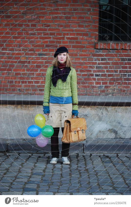 Aber wo sollen wir hin? Mensch Jugendliche grün rot Einsamkeit Erwachsene grau Traurigkeit träumen Mode blond Fassade warten Autofenster außergewöhnlich