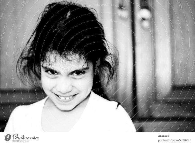 Mensch Kind weiß Mädchen schwarz Haare & Frisuren lachen Kindheit verrückt beobachten Lächeln Schwarzweißfoto Euphorie 3-8 Jahre listig zerzaust