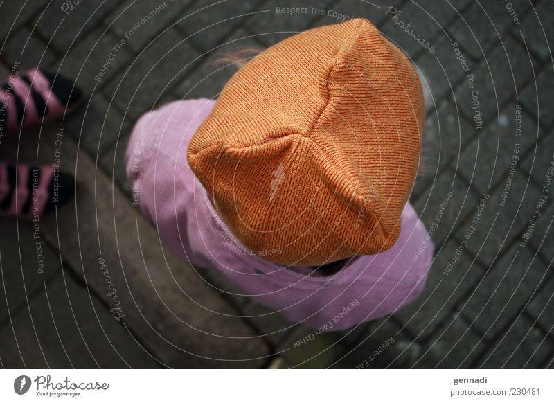 < 0 Mensch Kind Kleinkind Kopf 3-8 Jahre Kindheit Vignettierung Farbfoto Außenaufnahme Tag Schwache Tiefenschärfe Vogelperspektive Mütze braun violett stehen